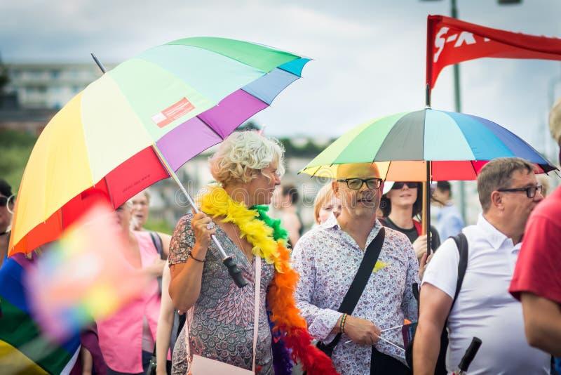 Povos que guardam guarda-chuvas do arco-íris na multidão durante Éstocolmo Pride Parade fotos de stock