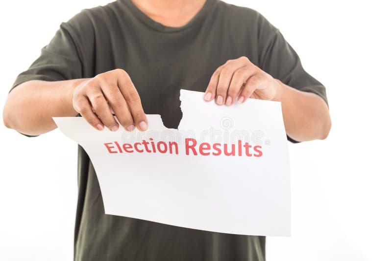 Povos que guardam o papel do rasgo com resultados de eleição da palavra Não acce foto de stock royalty free