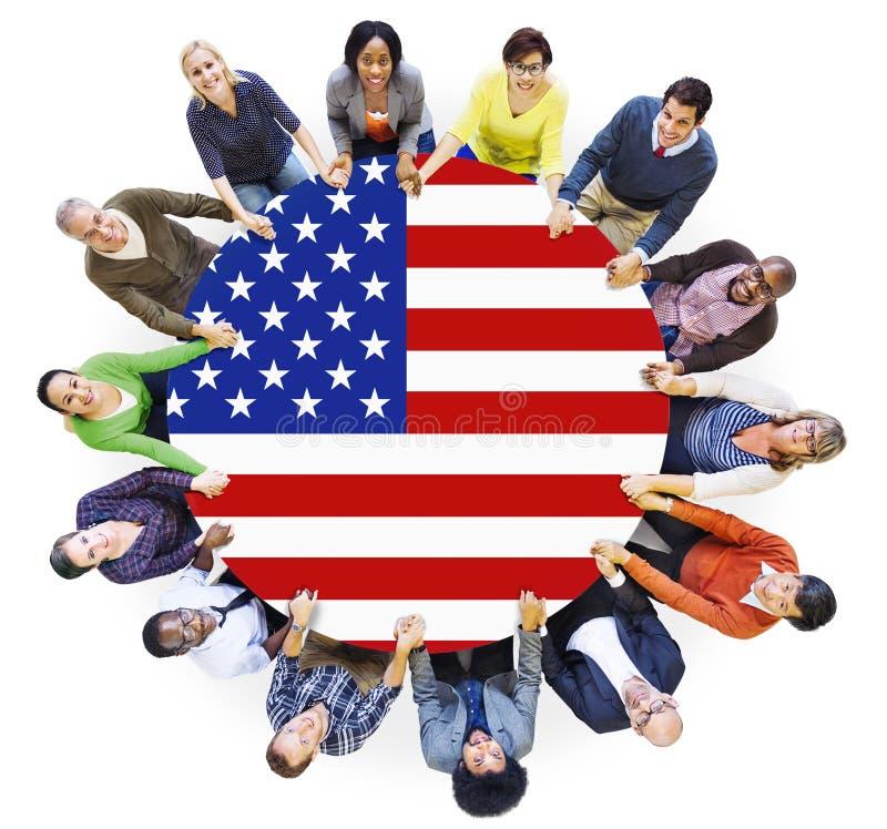 Povos que guardam a tabela de conferência das mãos e da bandeira dos EUA imagens de stock royalty free