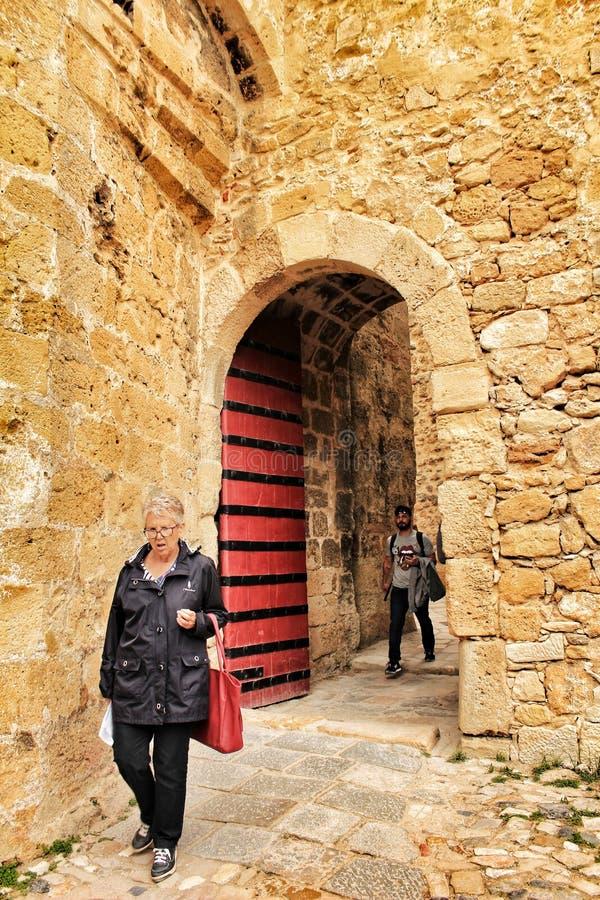 Povos que inscrevem o castelo de St George em Lisboa imagem de stock