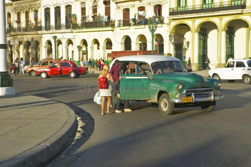 Povos que inscrevem um táxi em Havana velho, Cuba foto de stock royalty free