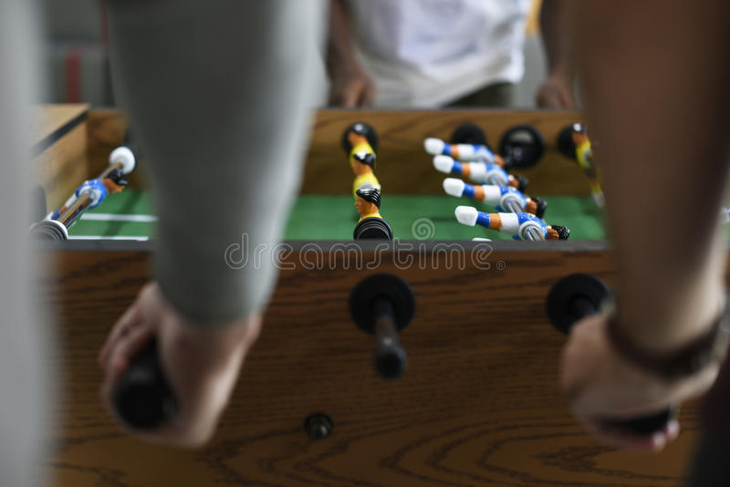 Povos que jogam apreciando a recreação Le do jogo de futebol da tabela do futebol fotografia de stock royalty free