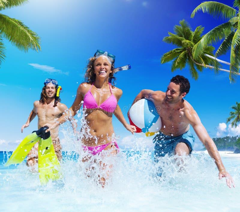 Povos que jogam em um conceito tropical da apreciação da praia fotos de stock