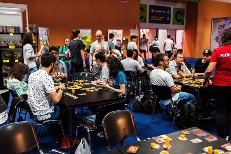 Povos que jogam jogos de mesa diferentes em EECC 2017 imagem de stock