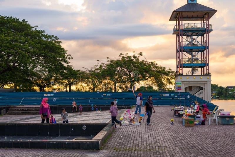 Povos que jogam no passeio da margem de Kuching, Malásia fotografia de stock royalty free