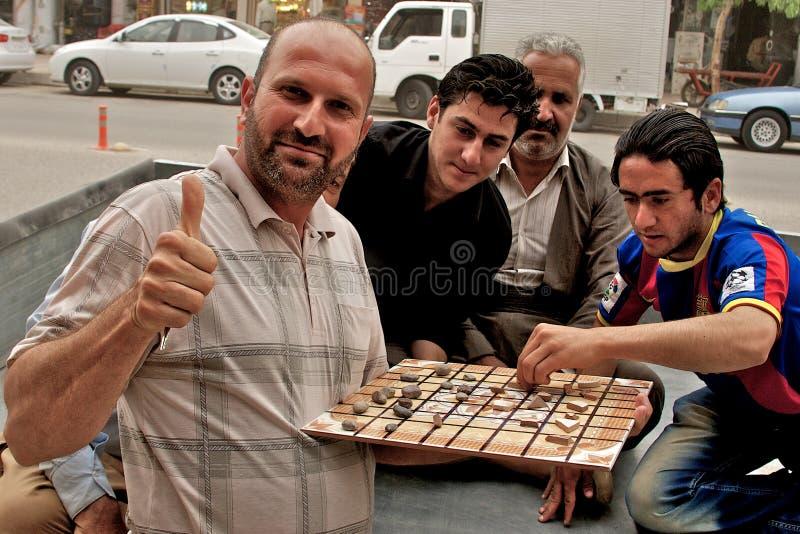 Povos que jogam o jogo de mesa tradicional, Arbil, Curdistão autônomo, Iraque foto de stock royalty free