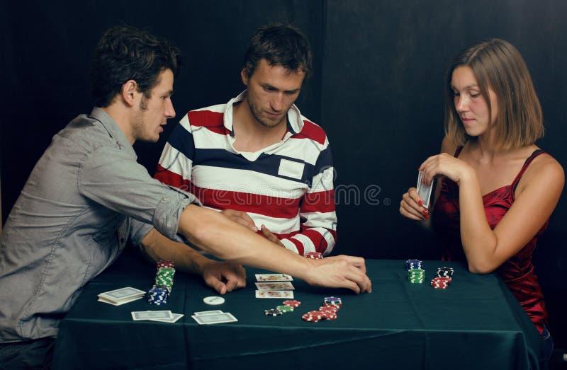 Povos que jogam o pôquer imagens de stock