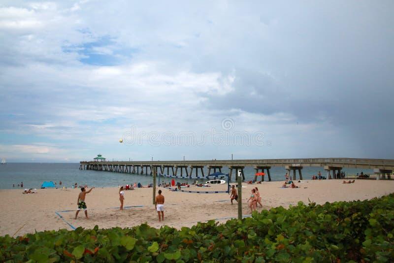 Povos que jogam o voleibol imagens de stock royalty free