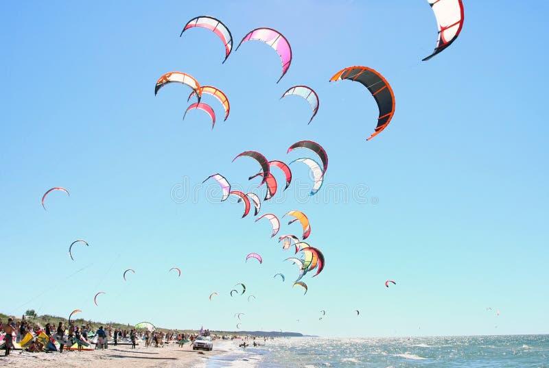 Povos que kiteboarding fotos de stock royalty free