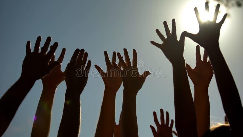 Povos que levantam as mãos, votando para a democracia, oferecendo a campanha, liderança fotos de stock royalty free