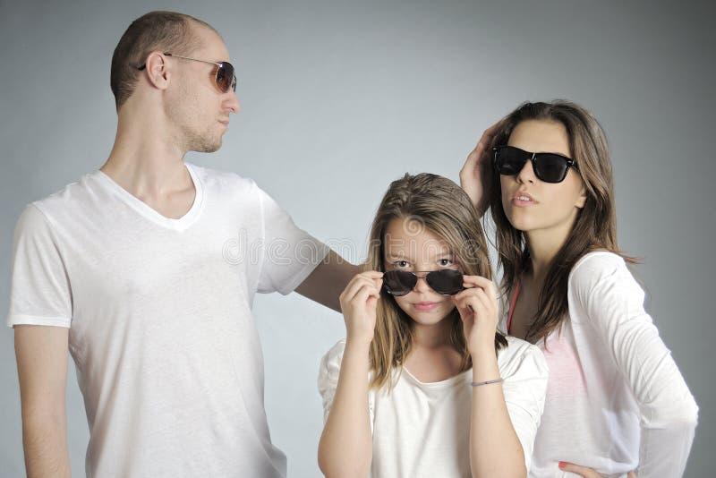 povos que levantam com óculos de sol imagens de stock royalty free