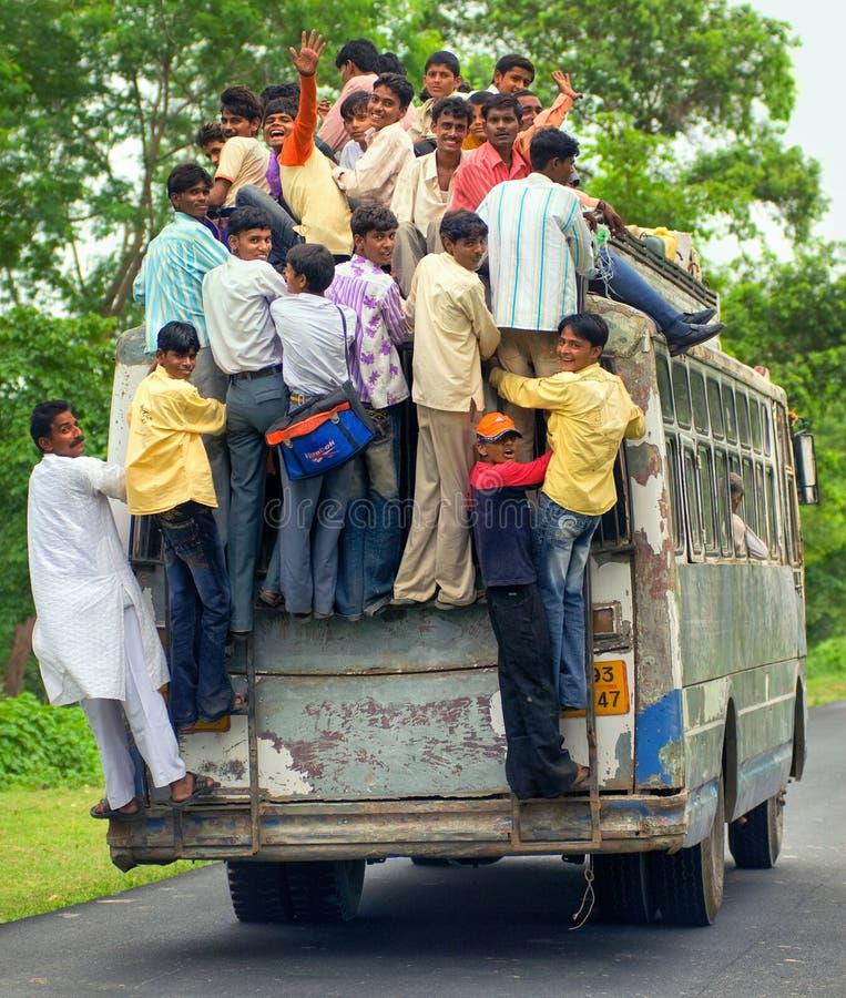 Povos que montam um ônibus sobrecarregado, Índia fotografia de stock