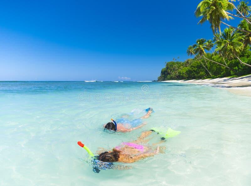 Povos que nadam na praia do samui do koh fotografia de stock