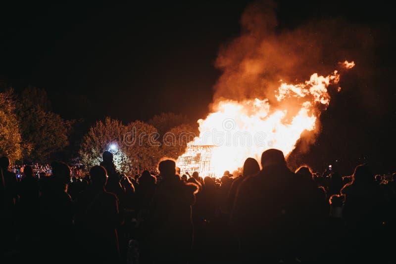 Povos que olham a fogueira no celebrati anual de Guy Fawkes Night fotos de stock