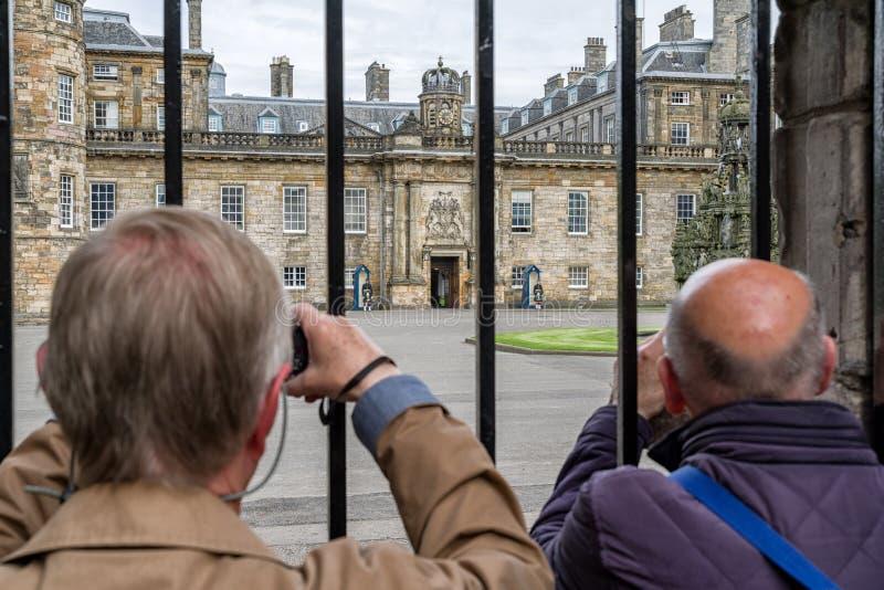 Povos que olham no palácio de Holyroodhouse, Edimburgo fotografia de stock royalty free