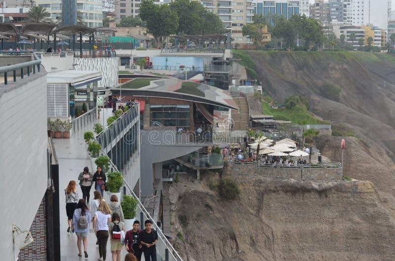 Povos que olham o oceano de um pointview na alameda de Larco em Lima, Perú fotografia de stock royalty free