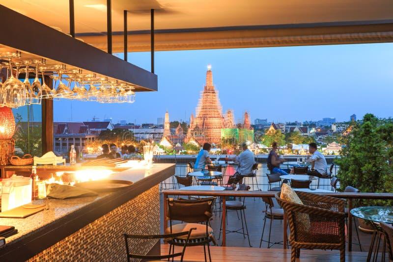 Povos que olham o por do sol sobre o templo de Wat Arun imagem de stock