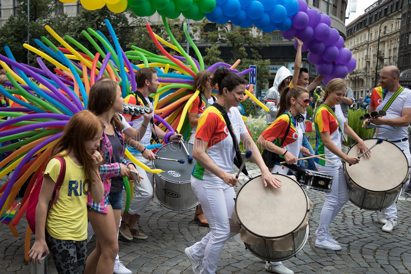 Povos que participam no orgulho de Praga - um orgulho alegre & lésbica grande imagens de stock