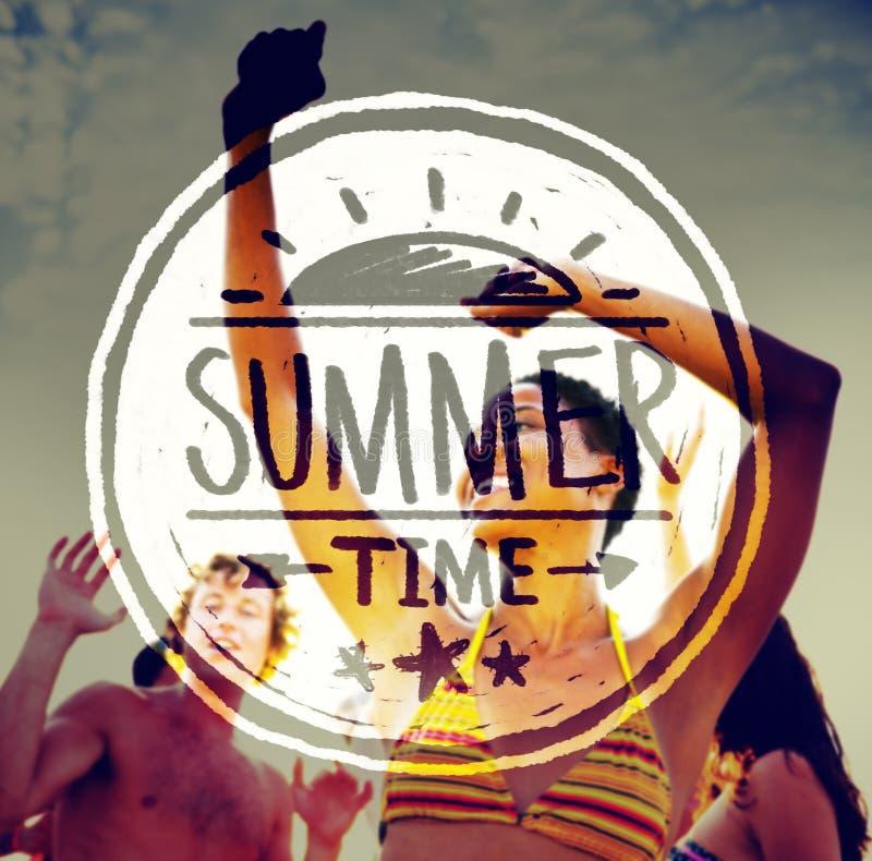 Povos que Partying fora e texto das horas de verão imagem de stock