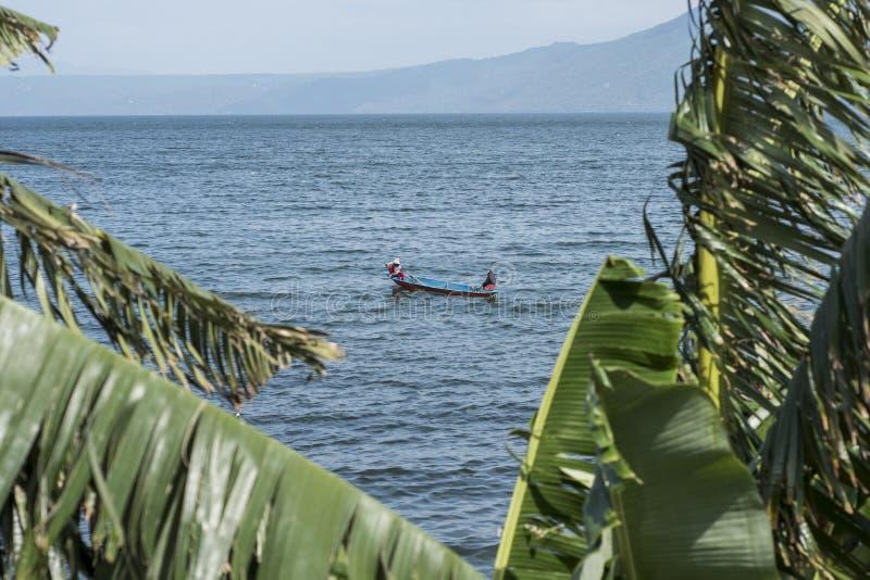 Povos que pescam no lago do vulcão de Taal em Batangas, as Filipinas imagens de stock royalty free