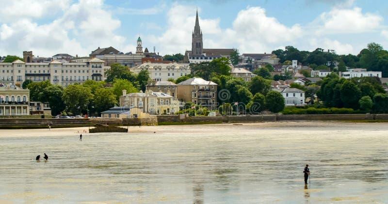 Povos que procuram o marisco na maré baixa em Ryde, ilha do Wight fotos de stock royalty free