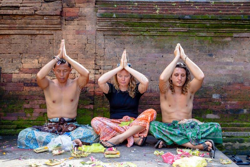 Povos que rezam no dur santamente de Puru Tirtha Empul do templo da água de mola fotografia de stock royalty free