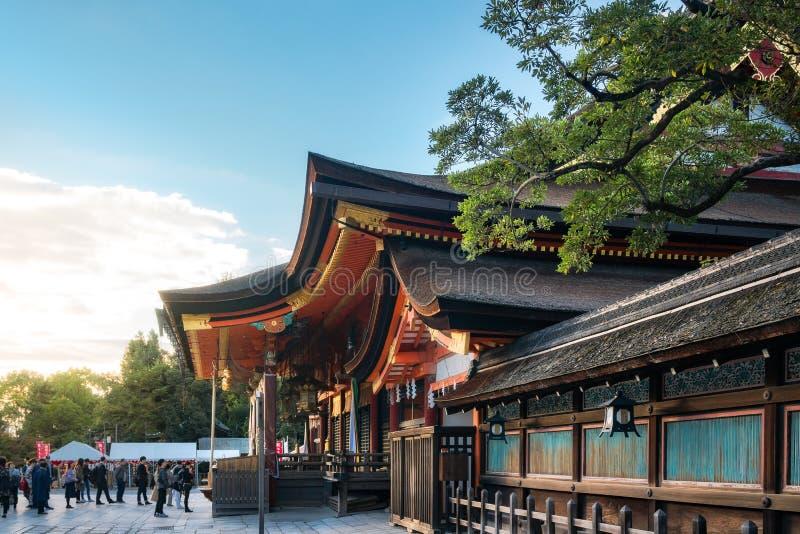 Povos que rezam no santuário Honden de Yasaka em Kyoto, Japão imagem de stock royalty free