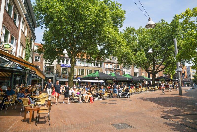 Povos que sentam em um terraço em Nijmegen os Países Baixos imagens de stock