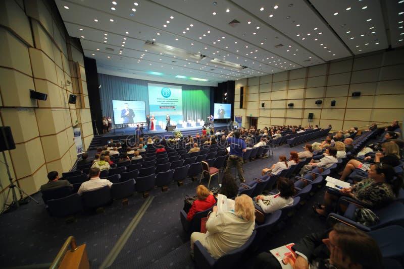 Povos que sentam-se na conferência internacional da medicina 2012 da indústria dos cuidados médicos foto de stock