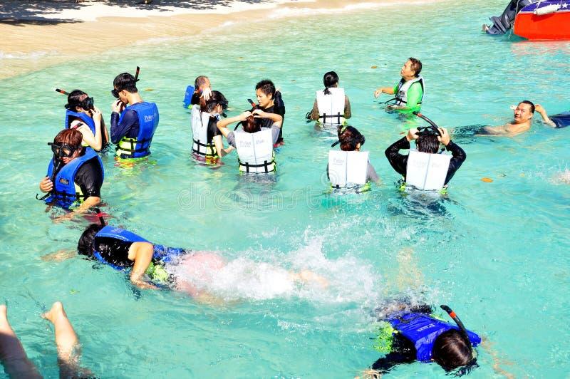 Povos que snorkeling nos tropics imagens de stock royalty free