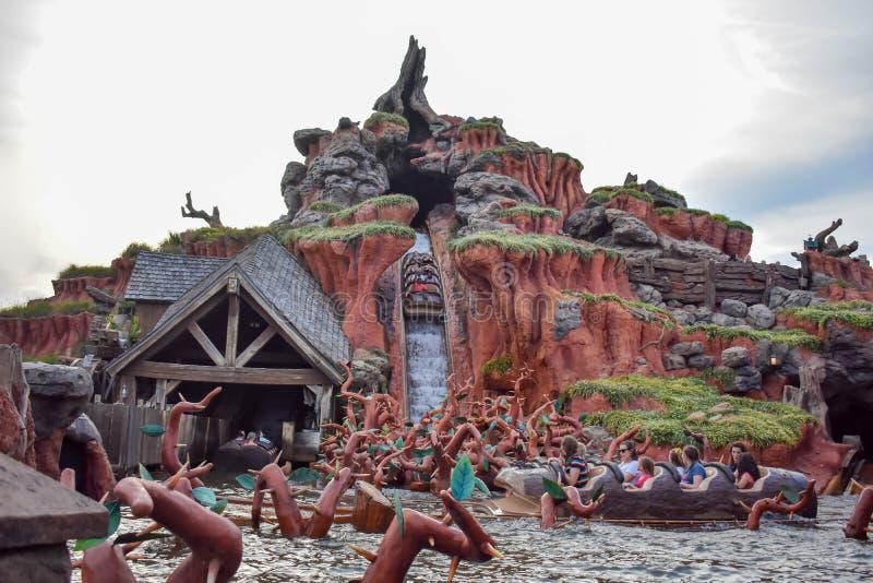 Povos que têm a atração da água da montanha do respingo do divertimento no reino mágico em Walt Disney World 2 fotografia de stock