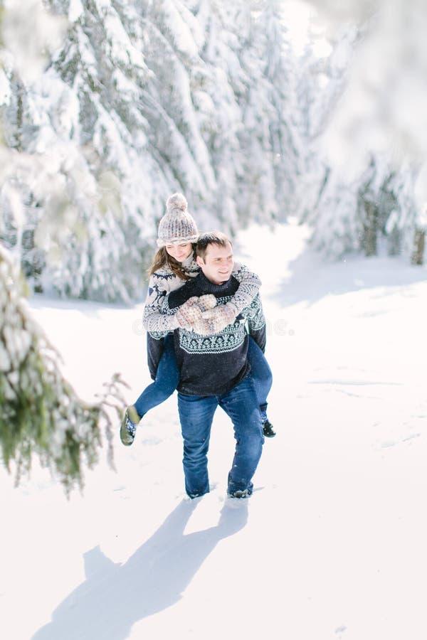 Povos que têm o divertimento e o corredor nas montanhas no fundo de picos neve-tampados altos imagem de stock