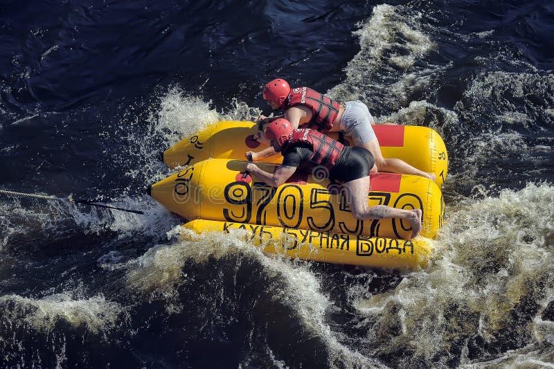 Povos que têm o divertimento no barco de banana foto de stock