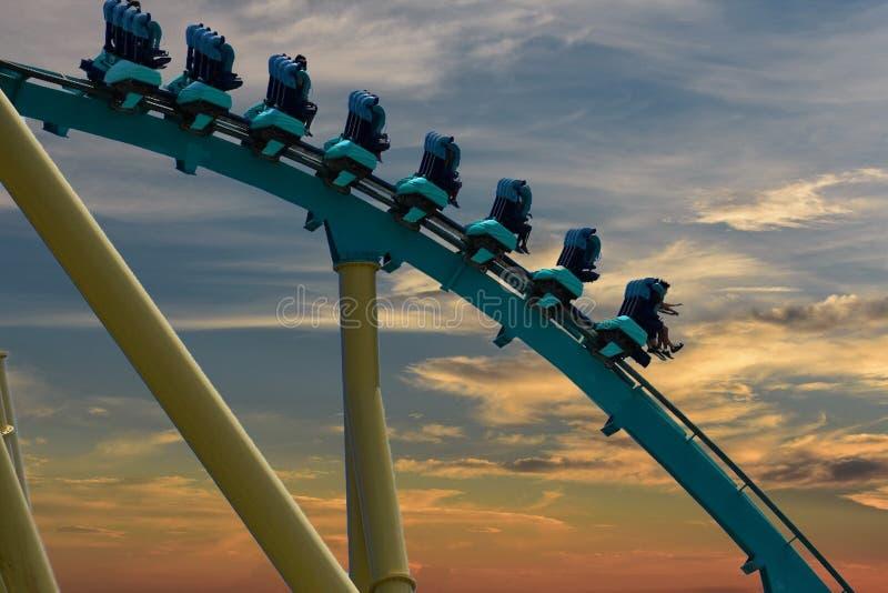 Povos que têm o divertimento no roller coaster de Kraken no parque temático de Seaworld fotografia de stock