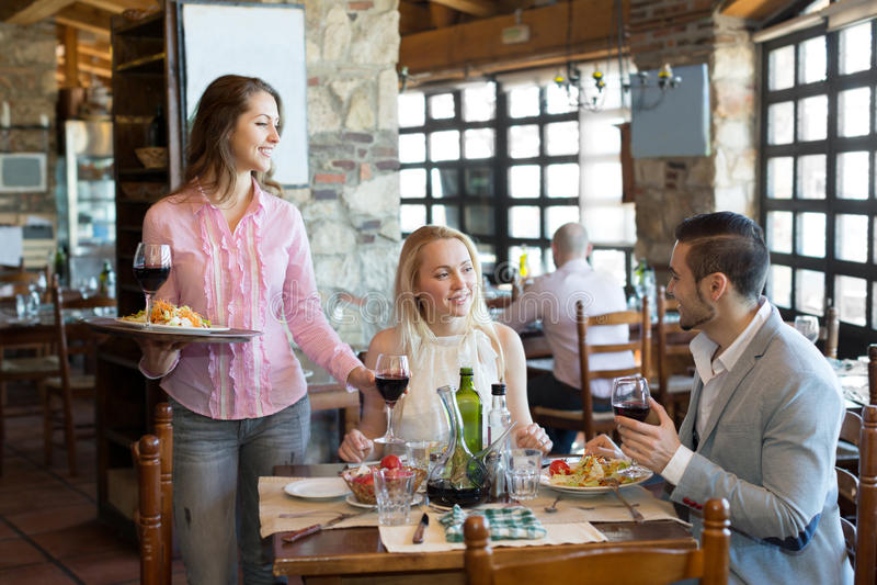 Povos que têm o restaurante rural do jantar imagens de stock royalty free