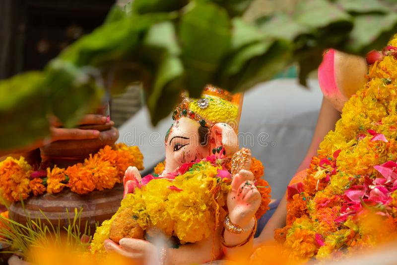 Povos que tomam o ídolo do ganesh do senhor para a imersão após ter comemorado o festival de dez dias de comprimento do chaturthi imagens de stock