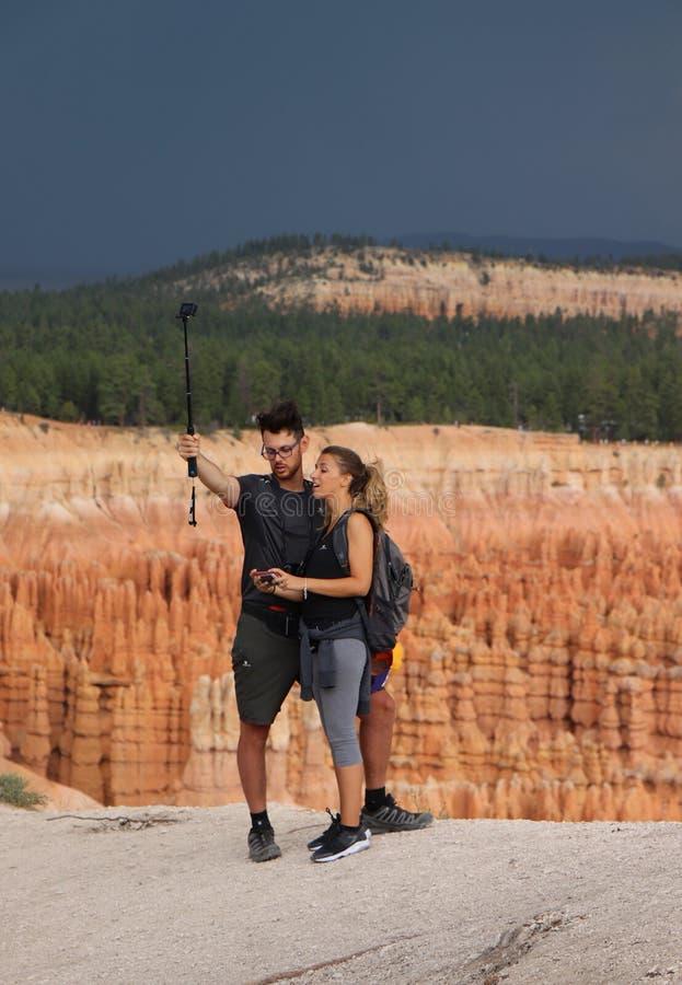 Povos que tomam o selfie em Bryce Canyon, Utá, EUA foto de stock royalty free