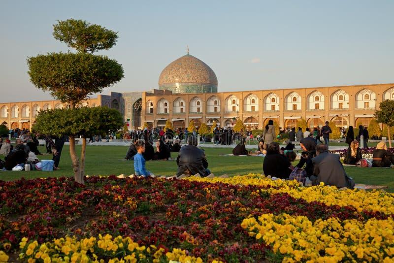 Povos que tomam parte num piquenique no quadrado de Naghshe Jahan de Isfahan fotos de stock
