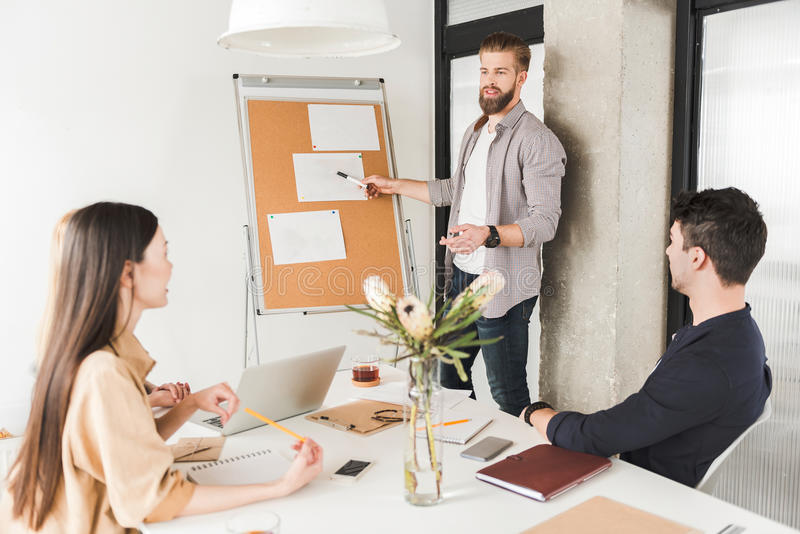 Povos que trabalham absorbedly no escritório imagem de stock royalty free