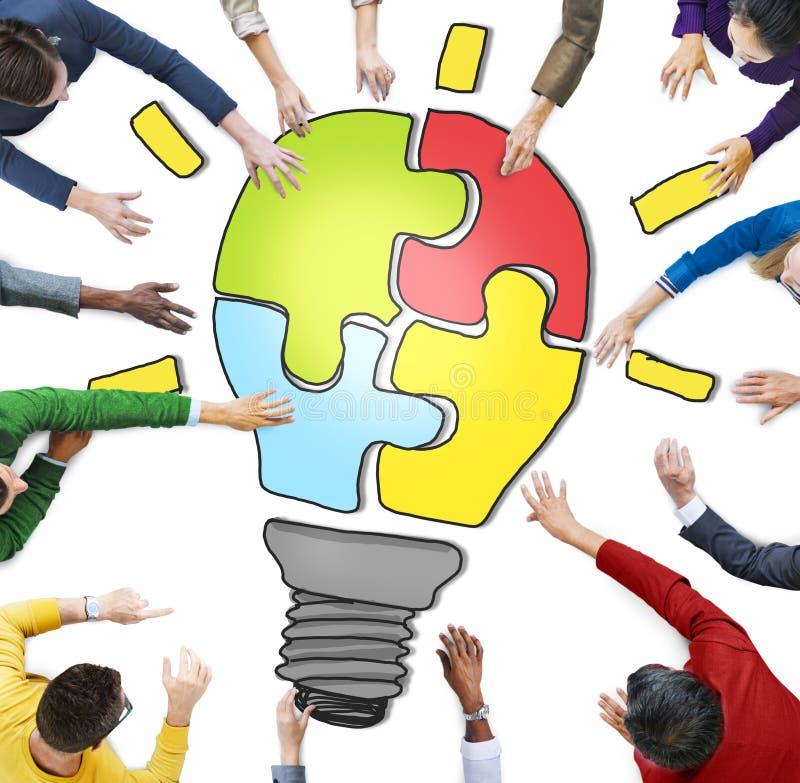 Povos que trabalham junto e conceitos da inovação