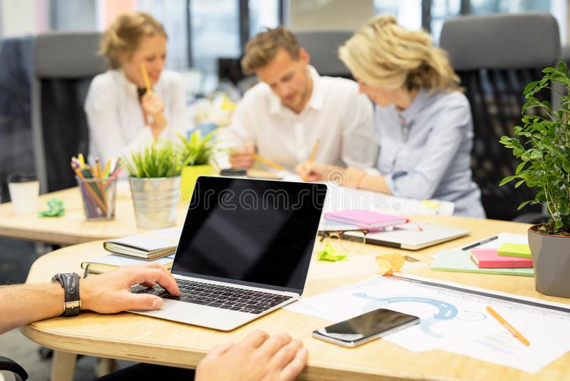 Povos que trabalham junto no escritório com tecnologia moderna foto de stock