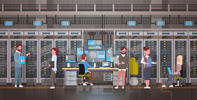 Povos que trabalham no base de dados da informação da monitoração do computador de servidor do acolhimento da sala do centro de d ilustração do vetor