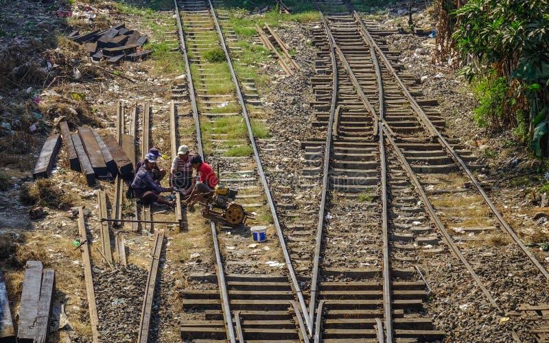 Povos que trabalham no caminho de ferro imagem de stock