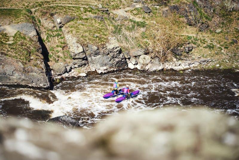 Povos que transportam a corredeira do rio Turismo extremo fotografia de stock royalty free