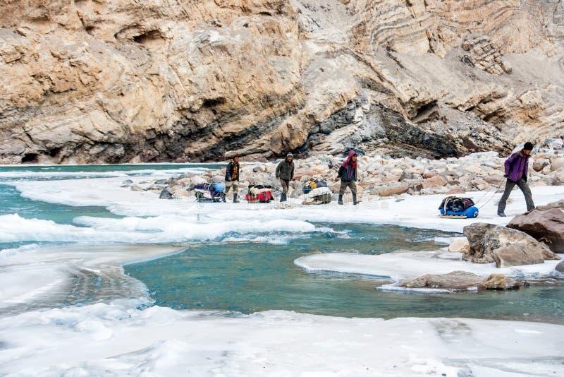 Povos que trekking no rio zanskar congelado Passeio na montanha de Chadar, Ladakh India Em fevereiro de 2017 imagens de stock