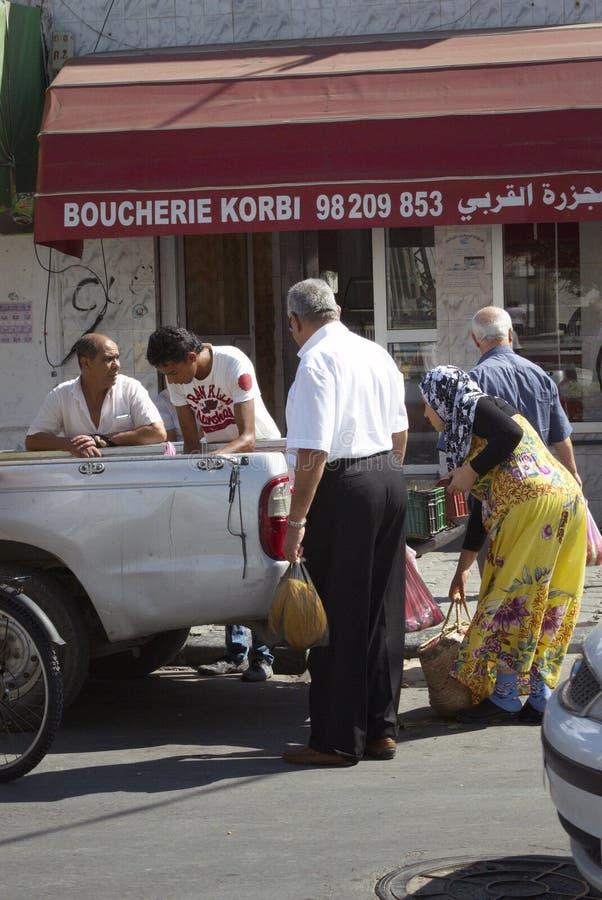 Povos que trocam na rua no La Goulette, Tunísia imagem de stock
