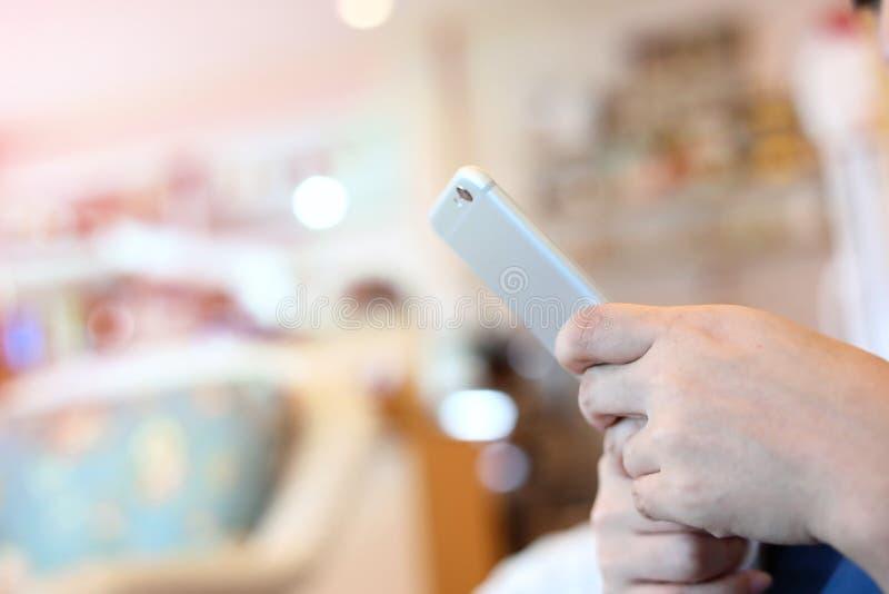 Povos que usam a tecnologia do telefone celular foto de stock