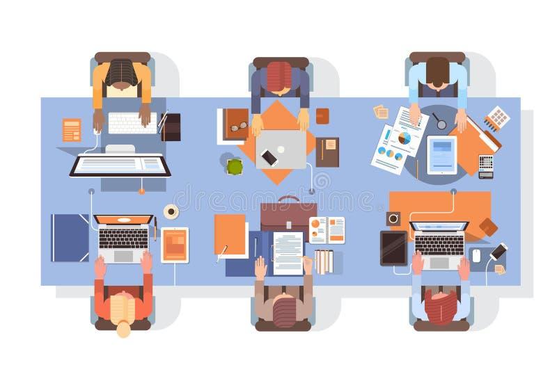 Povos que usam trabalhos de equipa da opinião de ângulo do desktop do local de trabalho dos empresários dos computadores ilustração royalty free