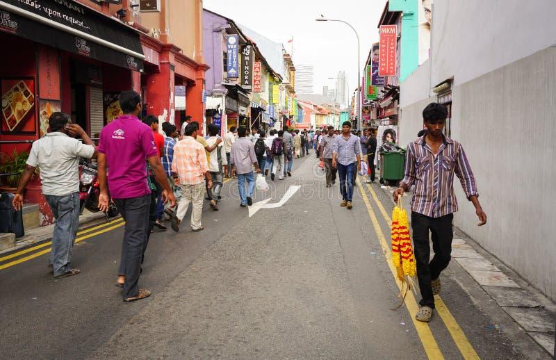 Povos que vão ao mercado de rua em pouca Índia, Singapura foto de stock royalty free