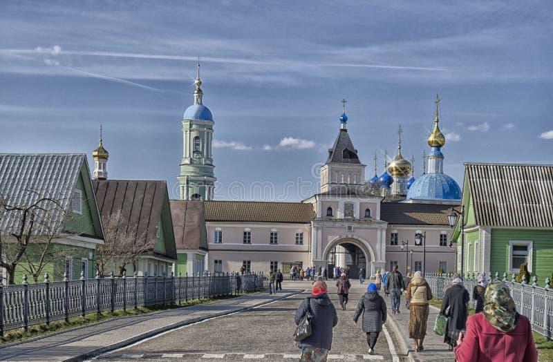 Povos que vão ao serviço da Páscoa na igreja em Rússia fotografia de stock